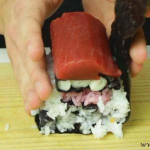 assembling-santa-clause-sushi-roll